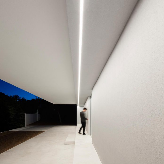 la-pinada-house-fran-silvestre-arquitectos-minimalist-contemporary-home-full-family-stories-covered-white-32