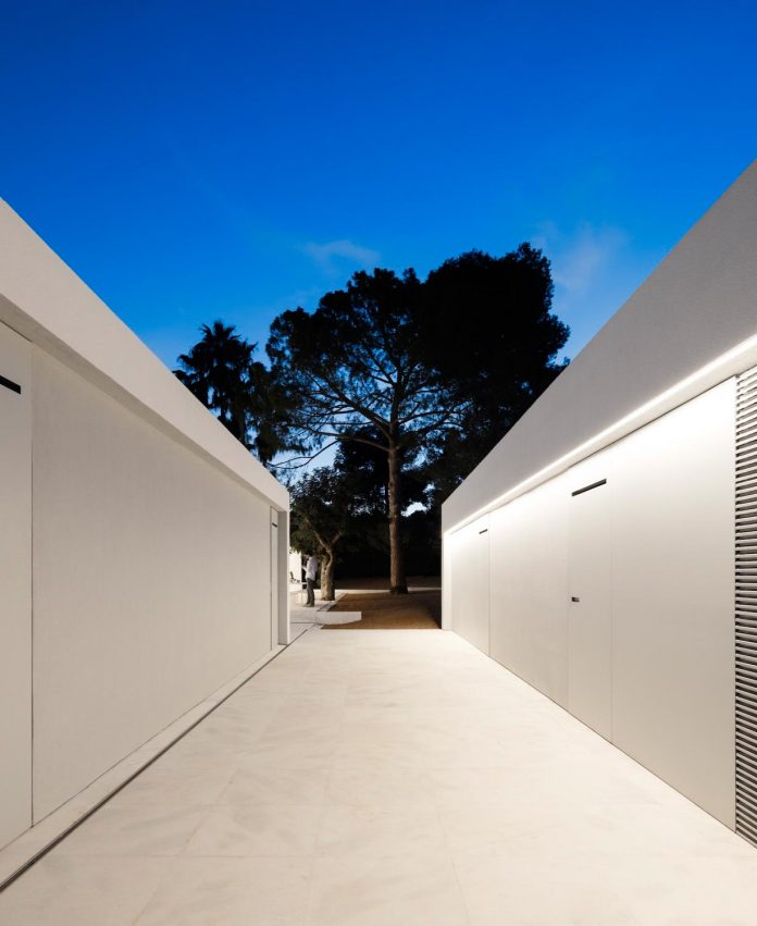 la-pinada-house-fran-silvestre-arquitectos-minimalist-contemporary-home-full-family-stories-covered-white-33
