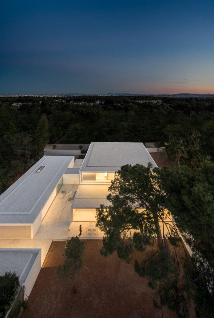 la-pinada-house-fran-silvestre-arquitectos-minimalist-contemporary-home-full-family-stories-covered-white-34
