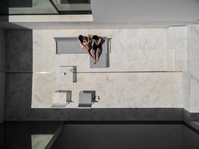 la-pinada-house-fran-silvestre-arquitectos-minimalist-contemporary-home-full-family-stories-covered-white-35