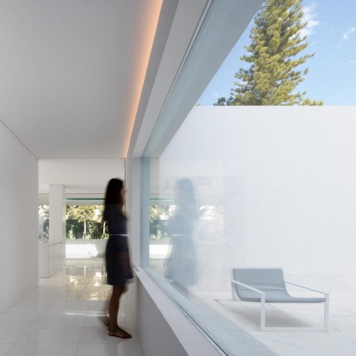 la-pinada-house-fran-silvestre-arquitectos-minimalist-contemporary-home-full-family-stories-covered-white-36