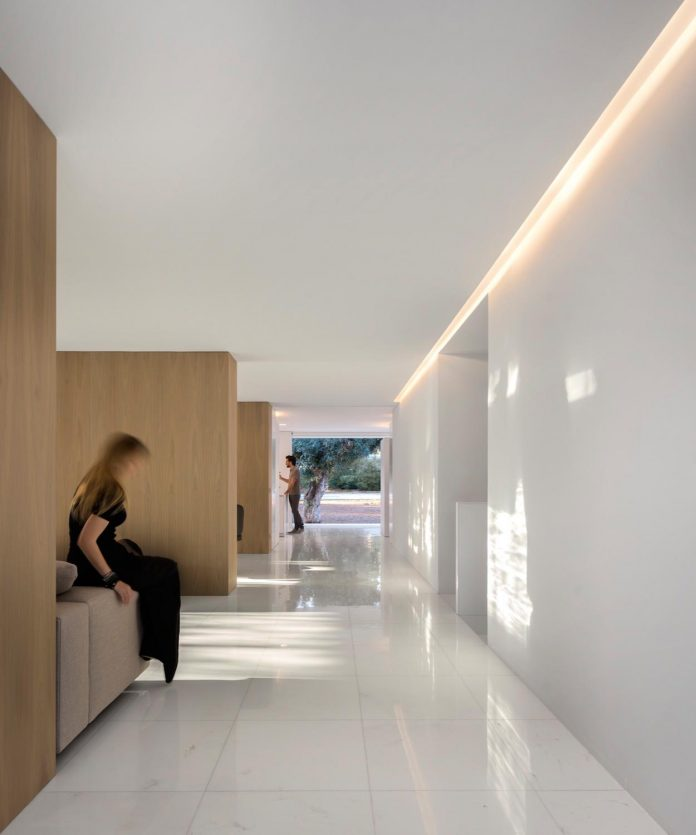 la-pinada-house-fran-silvestre-arquitectos-minimalist-contemporary-home-full-family-stories-covered-white-37