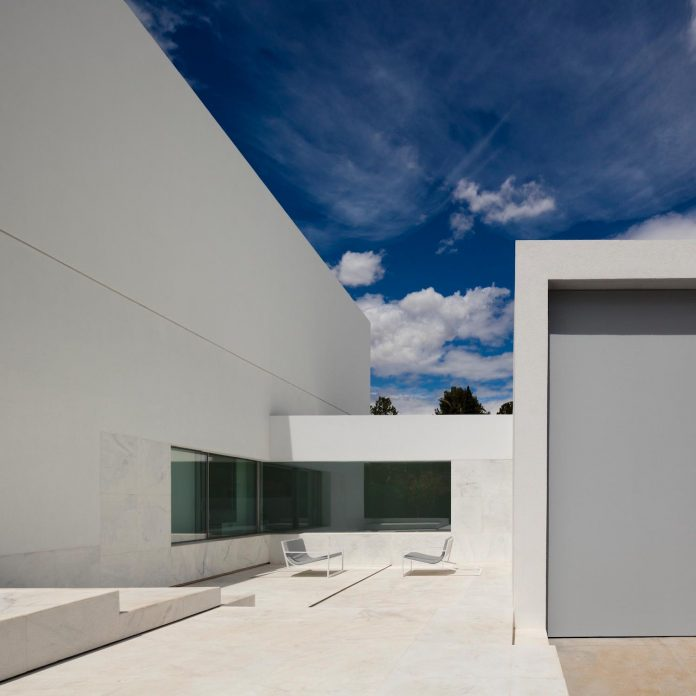 la-pinada-house-fran-silvestre-arquitectos-minimalist-contemporary-home-full-family-stories-covered-white-38
