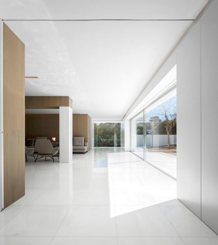 la-pinada-house-fran-silvestre-arquitectos-minimalist-contemporary-home-full-family-stories-covered-white-39