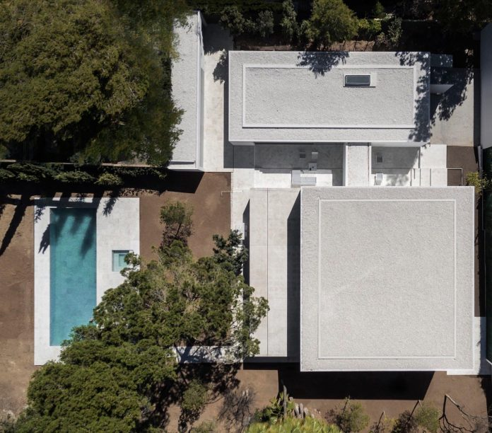 la-pinada-house-fran-silvestre-arquitectos-minimalist-contemporary-home-full-family-stories-covered-white-40