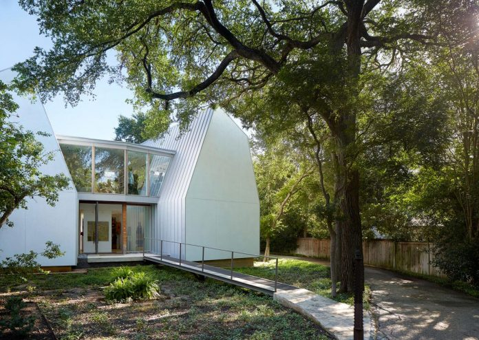laman-residence-gruppo-architects-designed-retired-couple-set-dense-canopy-live-oak-cedar-elm-trees-01