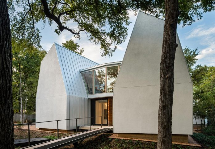 laman-residence-gruppo-architects-designed-retired-couple-set-dense-canopy-live-oak-cedar-elm-trees-02