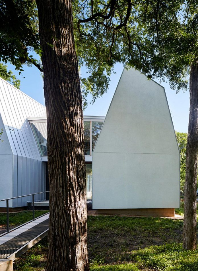 laman-residence-gruppo-architects-designed-retired-couple-set-dense-canopy-live-oak-cedar-elm-trees-03