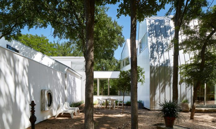 laman-residence-gruppo-architects-designed-retired-couple-set-dense-canopy-live-oak-cedar-elm-trees-05