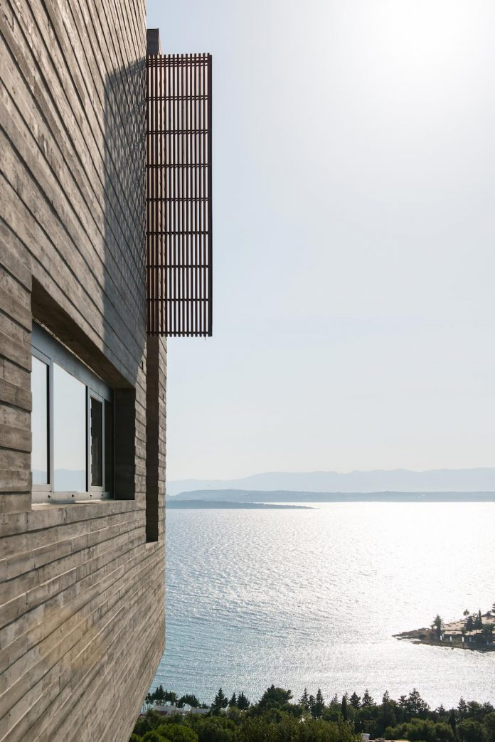 minimalist-home-design-approach-creating-variety-wide-open-spaces-can-used-depending-wind-weather-conditions-18
