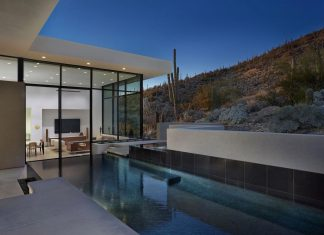 Modern, minimal home: a pristine box that seemed to have landed in the desert, in the foothills of Tucson, Arizona