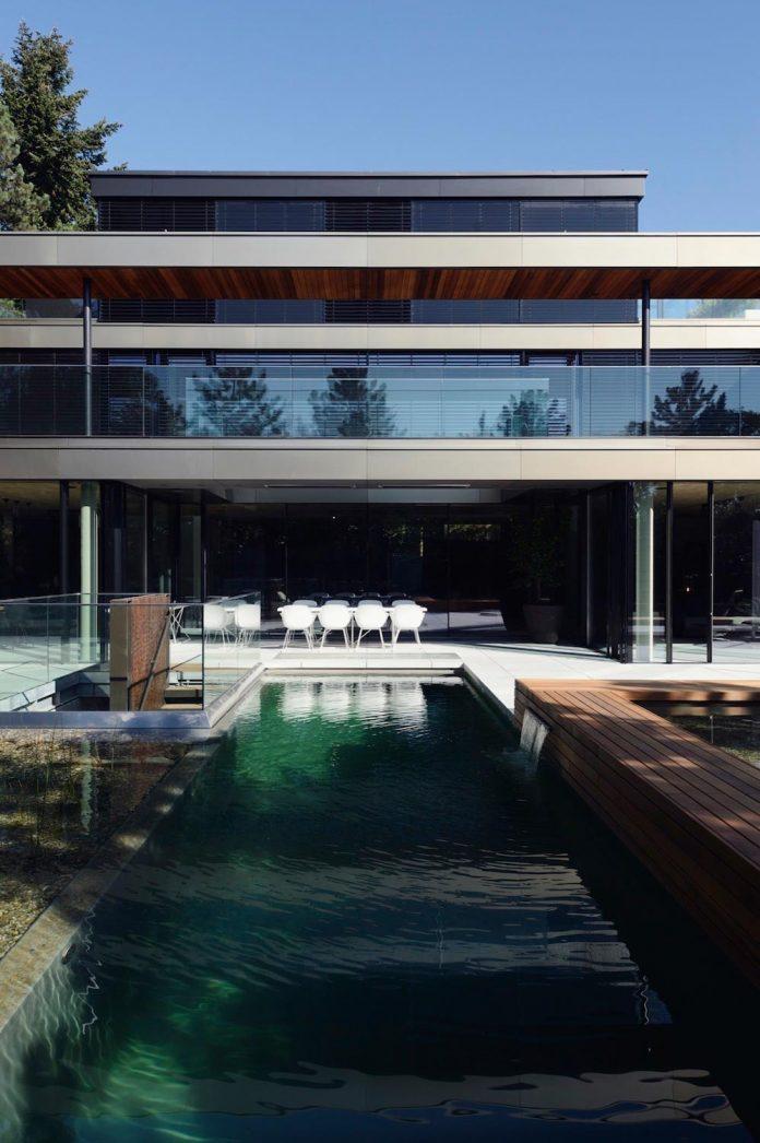 modernistic-design-fully-glazed-seemingly-windowless-villa-01
