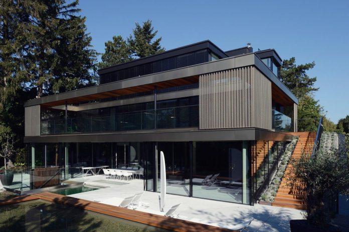 modernistic-design-fully-glazed-seemingly-windowless-villa-02