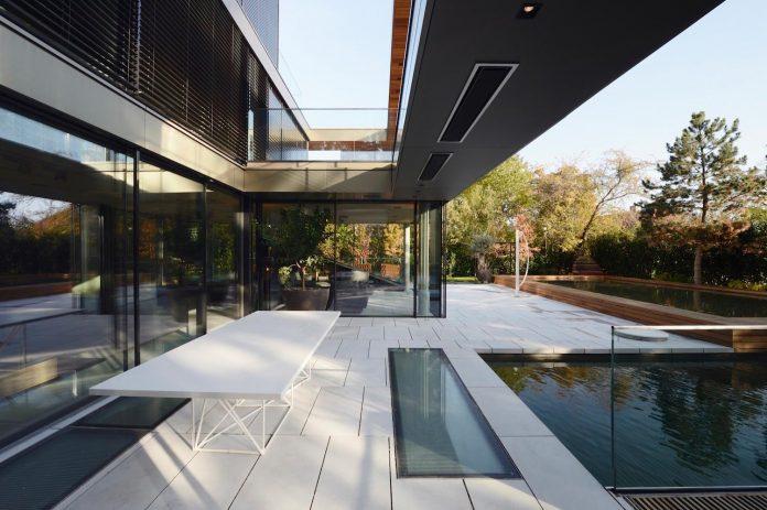 modernistic-design-fully-glazed-seemingly-windowless-villa-03