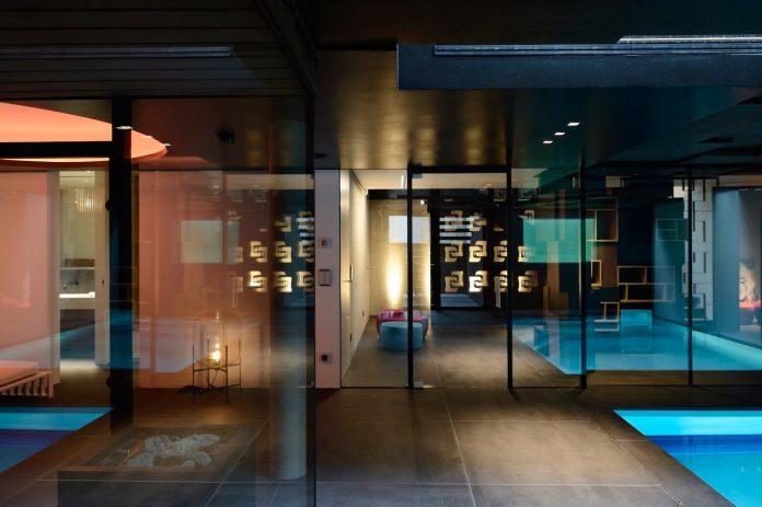 modernistic-design-fully-glazed-seemingly-windowless-villa-06