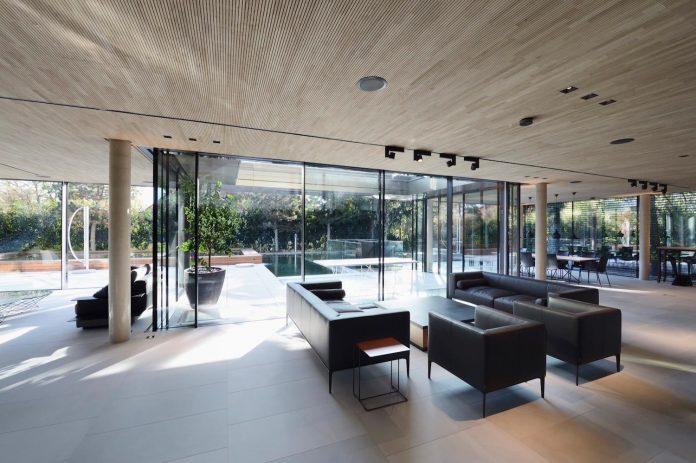 modernistic-design-fully-glazed-seemingly-windowless-villa-07