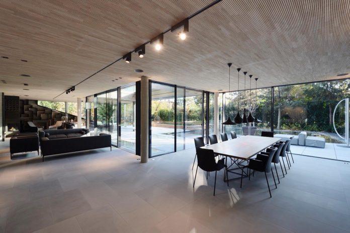 modernistic-design-fully-glazed-seemingly-windowless-villa-08