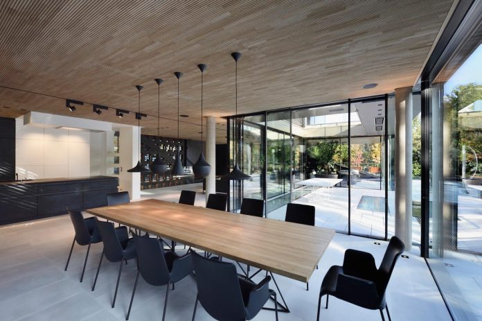 modernistic-design-fully-glazed-seemingly-windowless-villa-09