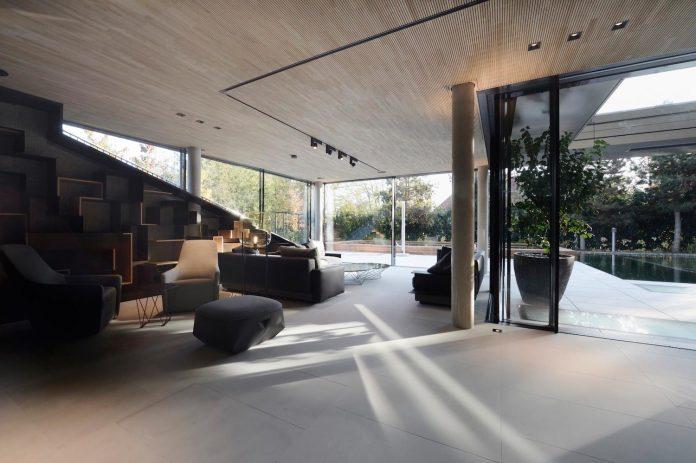 modernistic-design-fully-glazed-seemingly-windowless-villa-10