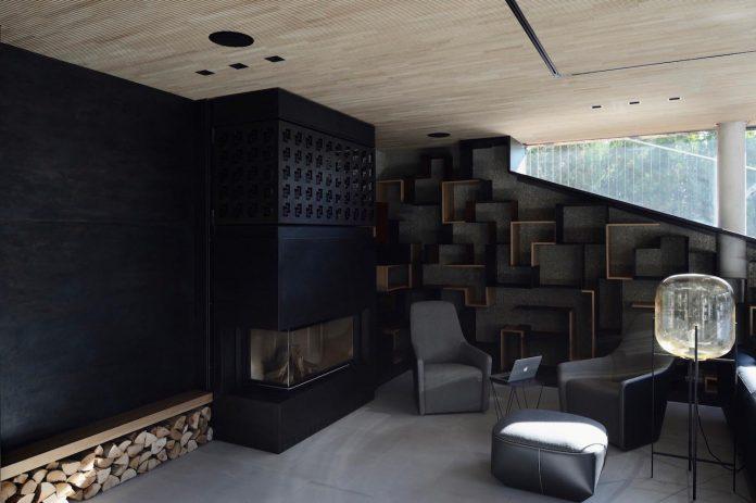 modernistic-design-fully-glazed-seemingly-windowless-villa-11