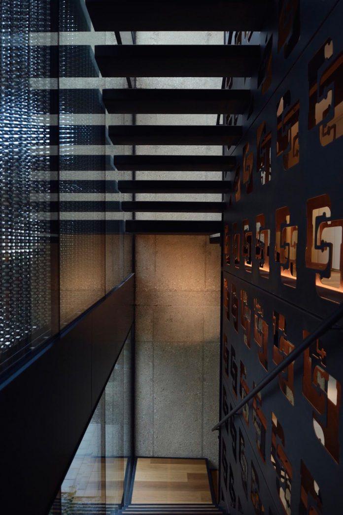modernistic-design-fully-glazed-seemingly-windowless-villa-12