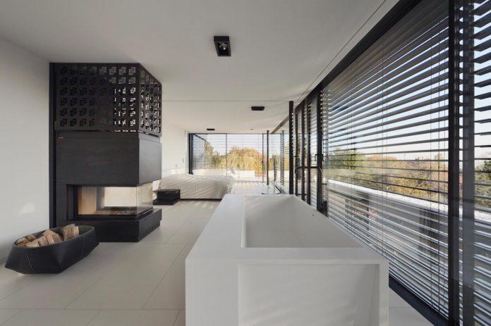 modernistic-design-fully-glazed-seemingly-windowless-villa-13