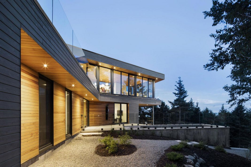 """Mountain residence in Cap-à-l'Aigle with a """"V"""" shape and long facades that are suspended over nature"""