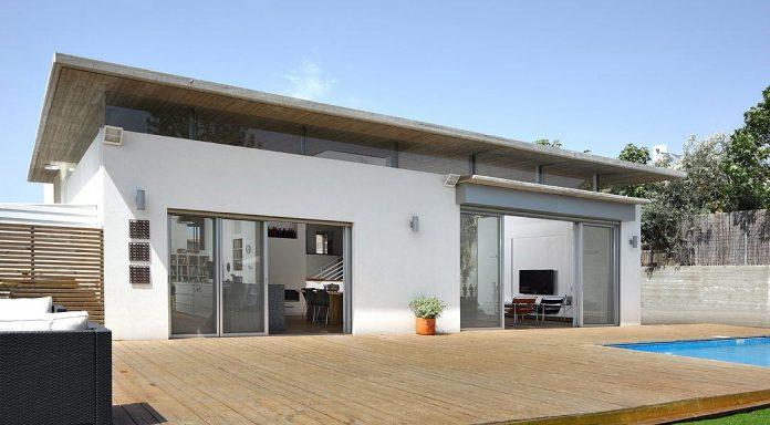 one-half-storey-high-interior-house-designed-family-3-children-01