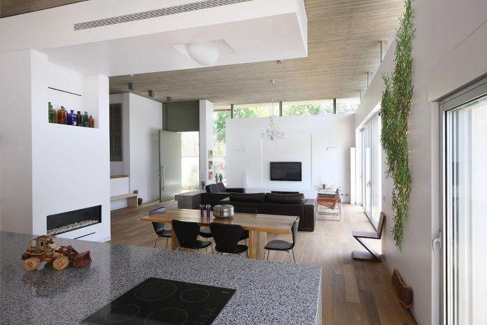 one-half-storey-high-interior-house-designed-family-3-children-10