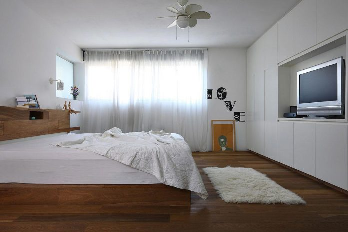 one-half-storey-high-interior-house-designed-family-3-children-12