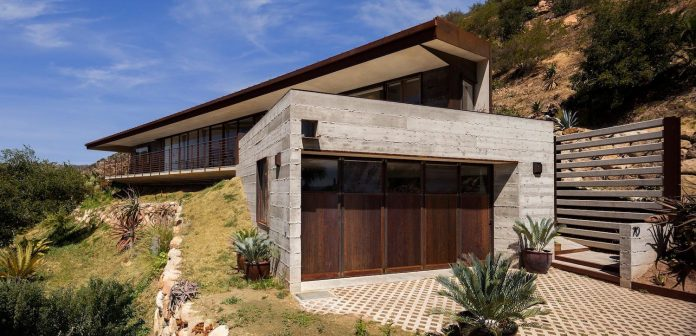 raw-corten-steel-concrete-exterior-dress-crossing-wall-house-sited-santa-ynez-mountains-meet-pacific-ocean-01