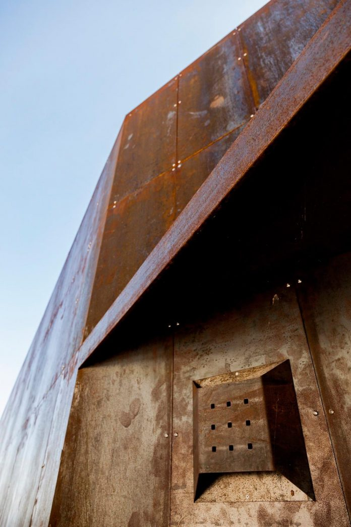 raw-corten-steel-concrete-exterior-dress-crossing-wall-house-sited-santa-ynez-mountains-meet-pacific-ocean-10