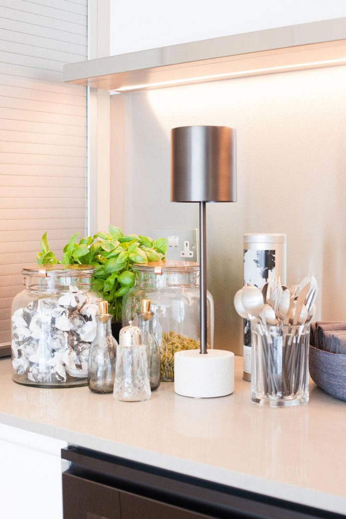 white-colours-simplistic-fittings-imbue-space-contemporary-feel-old-penthouse-shoreditch-11