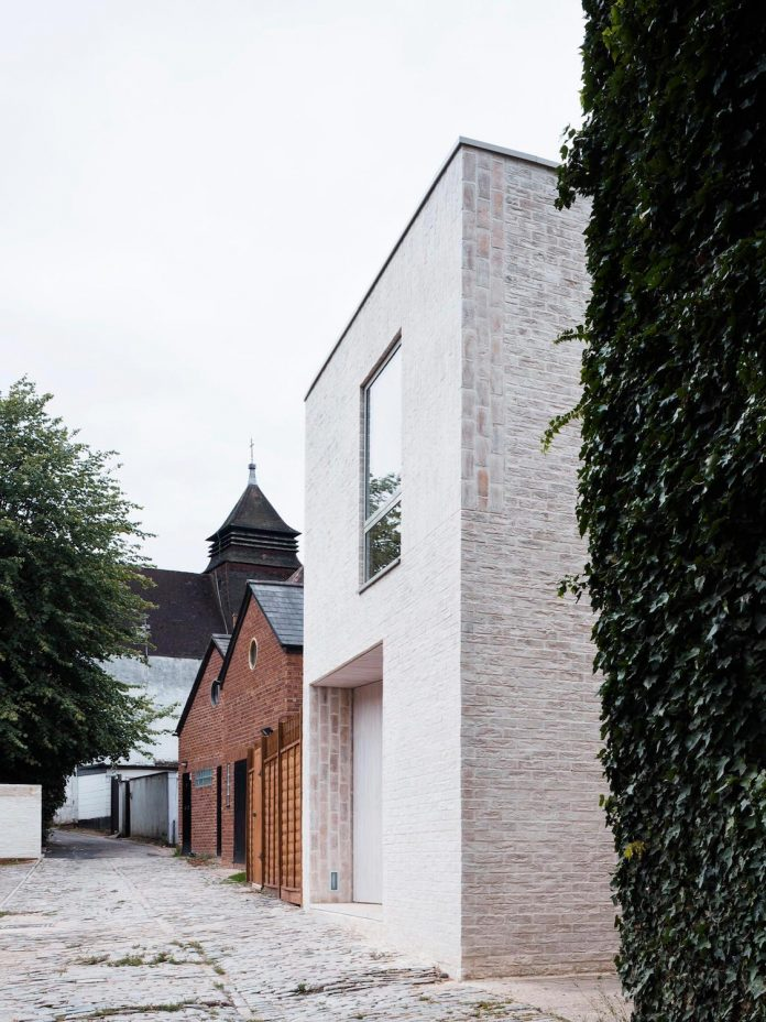 68-square-metre-compact-2-bedroom-mews-house-enclosed-courtyard-11-square-metres-highgate-01