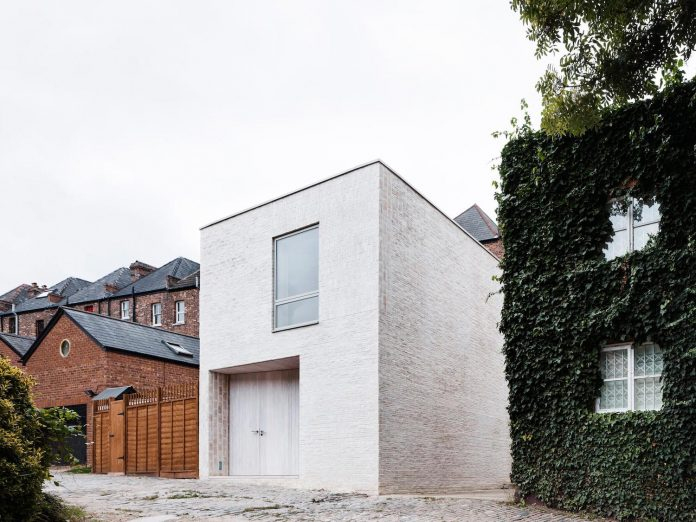 68-square-metre-compact-2-bedroom-mews-house-enclosed-courtyard-11-square-metres-highgate-02