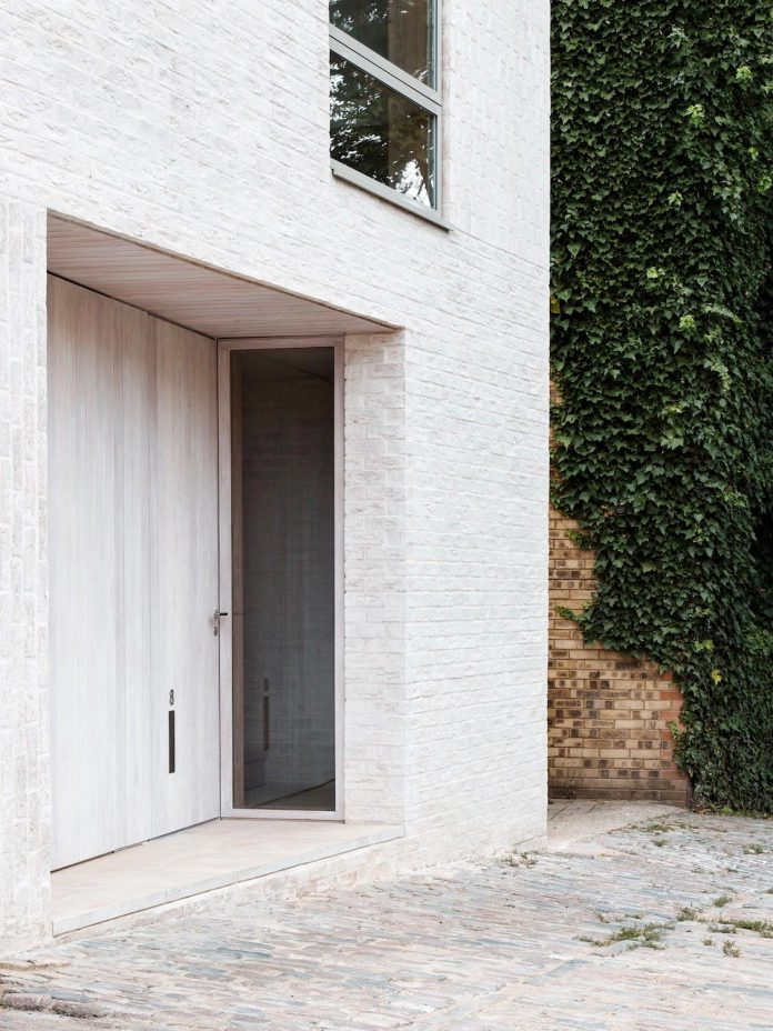 68-square-metre-compact-2-bedroom-mews-house-enclosed-courtyard-11-square-metres-highgate-03