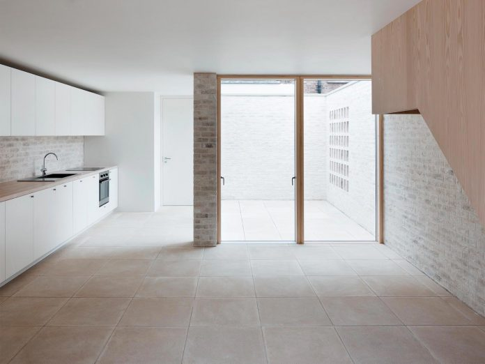 68-square-metre-compact-2-bedroom-mews-house-enclosed-courtyard-11-square-metres-highgate-05