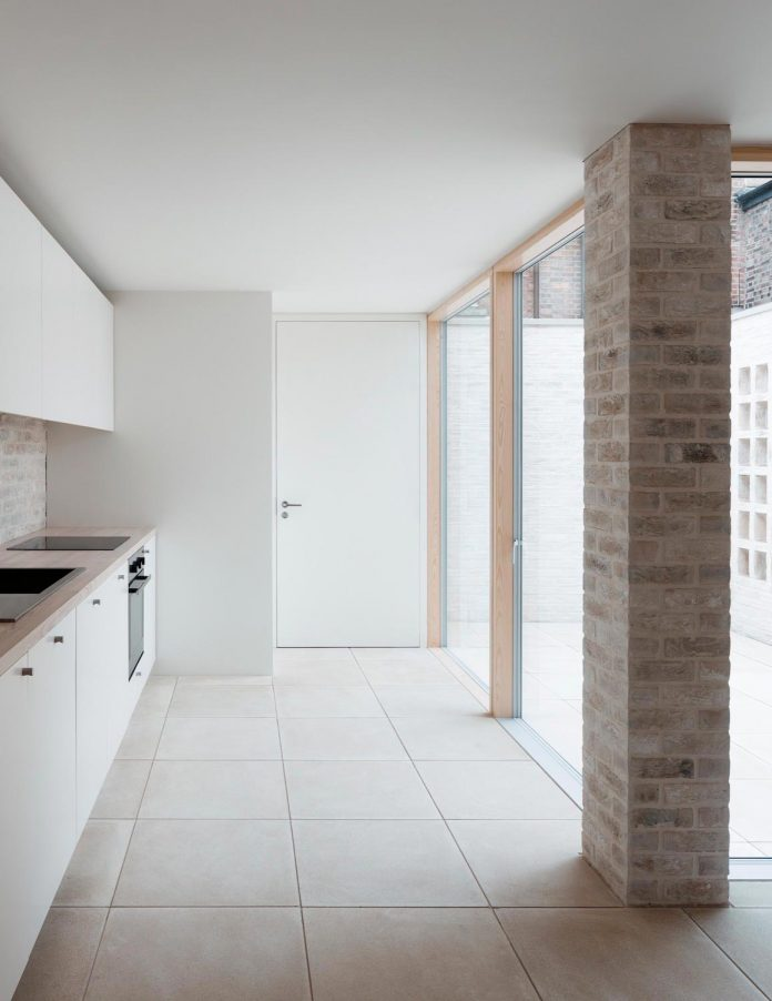 68-square-metre-compact-2-bedroom-mews-house-enclosed-courtyard-11-square-metres-highgate-06
