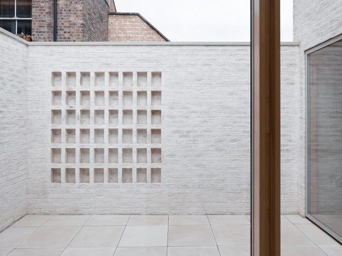 68-square-metre-compact-2-bedroom-mews-house-enclosed-courtyard-11-square-metres-highgate-13