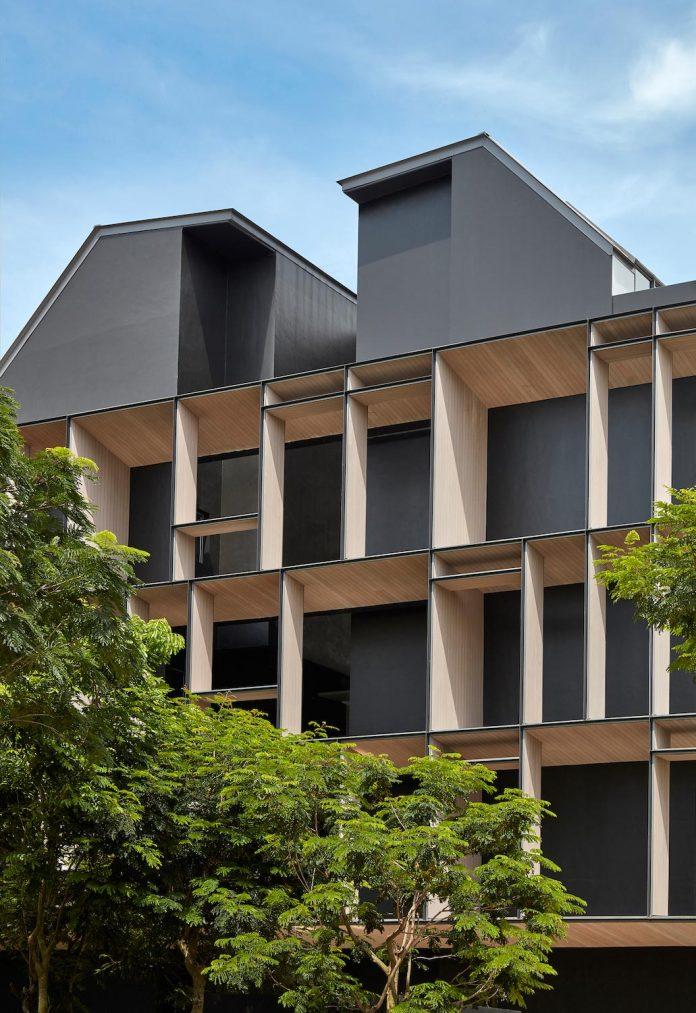 cluny-park-residence-set-lush-tropical-landscape-across-street-singapore-botanic-gardens-07