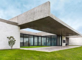 Concrete home flexible enough to adapt in the future allowing to modify its distribution and even adding new bedrooms