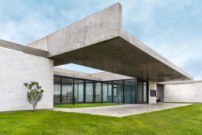 concrete-home-flexible-enough-adapt-future-allowing-modify-distribution-even-adding-new-bedrooms-03