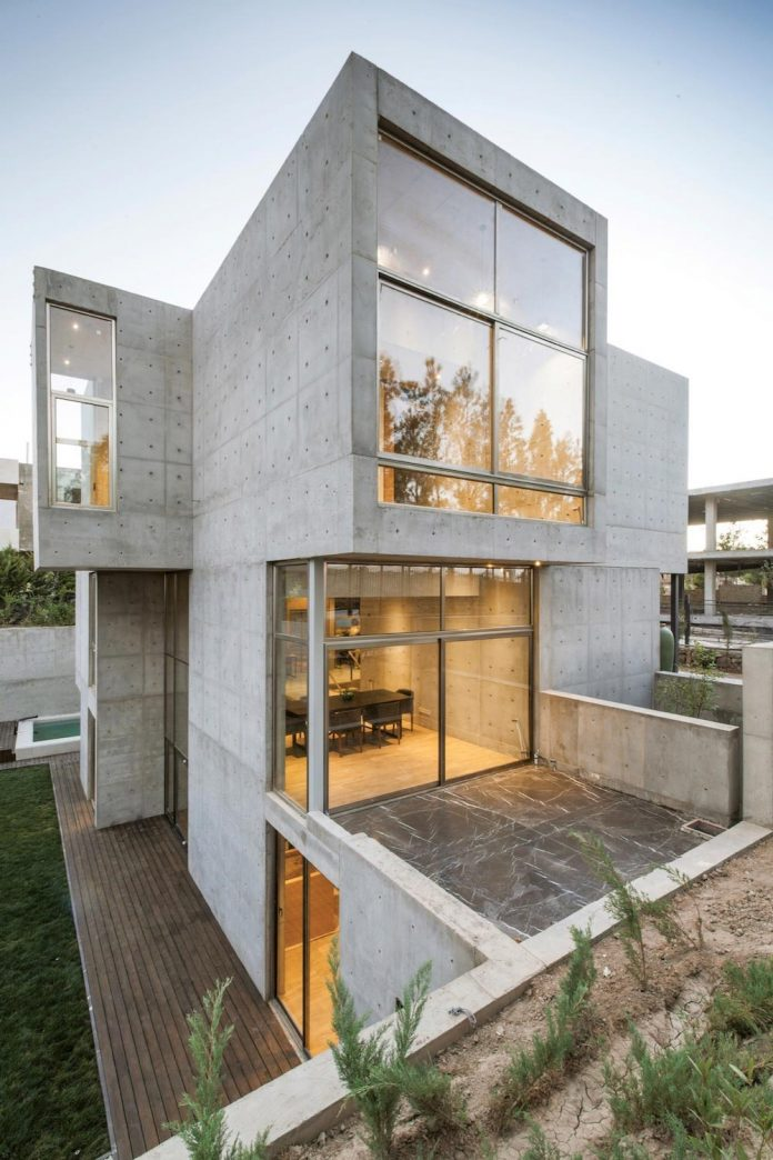 concrete-modern-home-sunken-courtyard-remain-protected-unseen-02