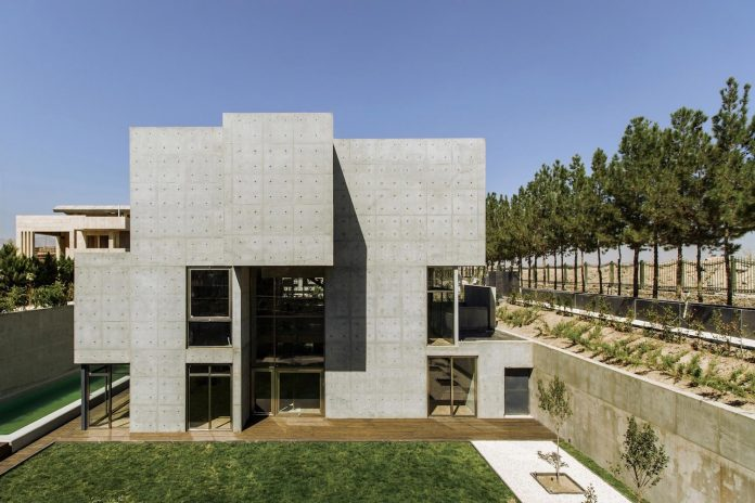 concrete-modern-home-sunken-courtyard-remain-protected-unseen-04