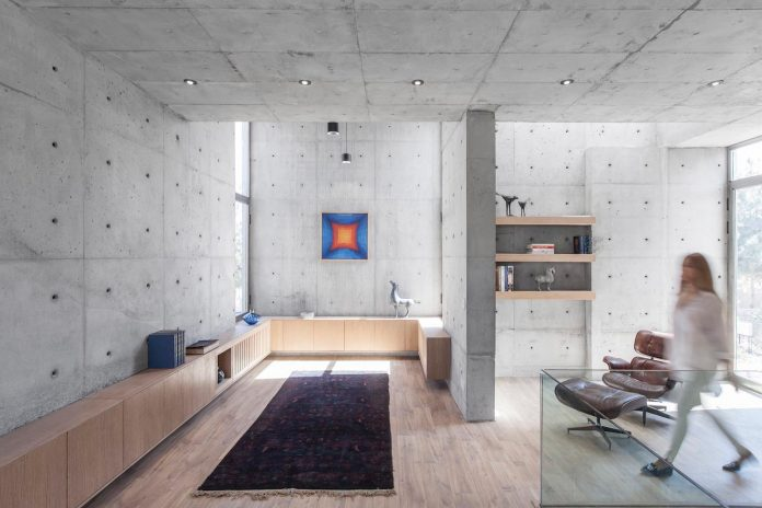concrete-modern-home-sunken-courtyard-remain-protected-unseen-05