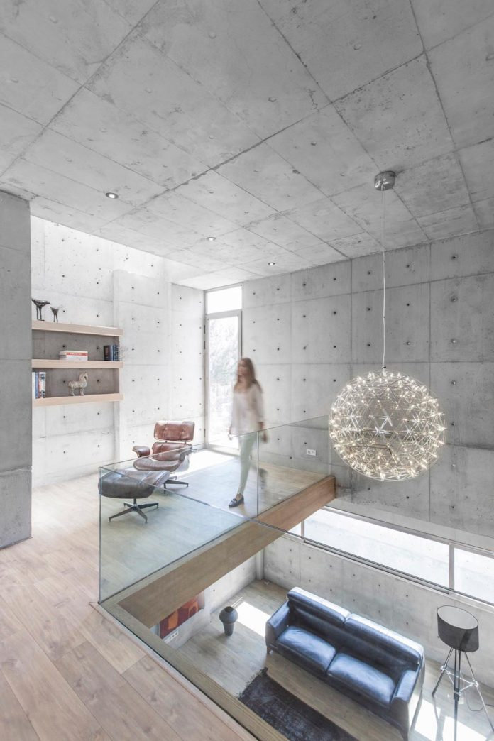 concrete-modern-home-sunken-courtyard-remain-protected-unseen-06