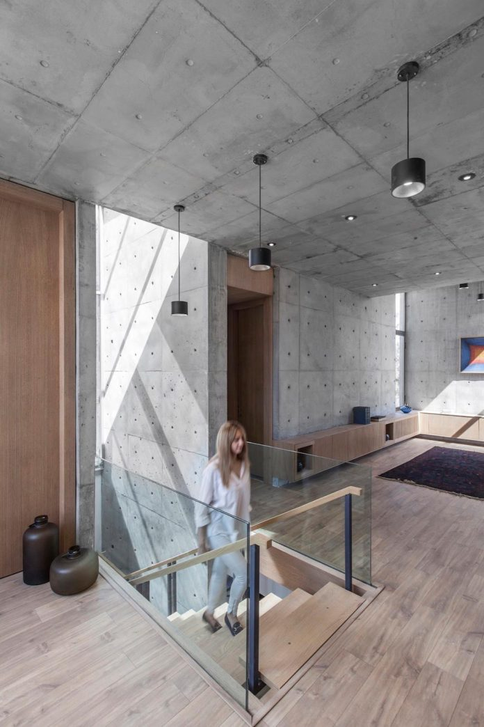 concrete-modern-home-sunken-courtyard-remain-protected-unseen-07