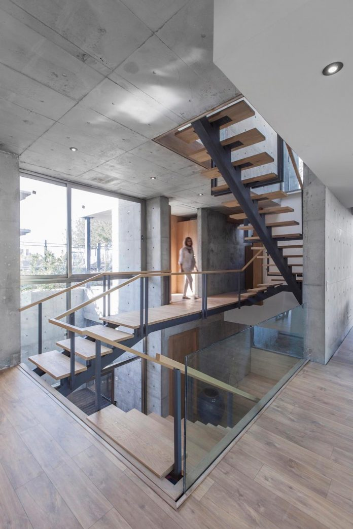 concrete-modern-home-sunken-courtyard-remain-protected-unseen-09