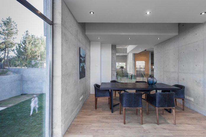 concrete-modern-home-sunken-courtyard-remain-protected-unseen-11