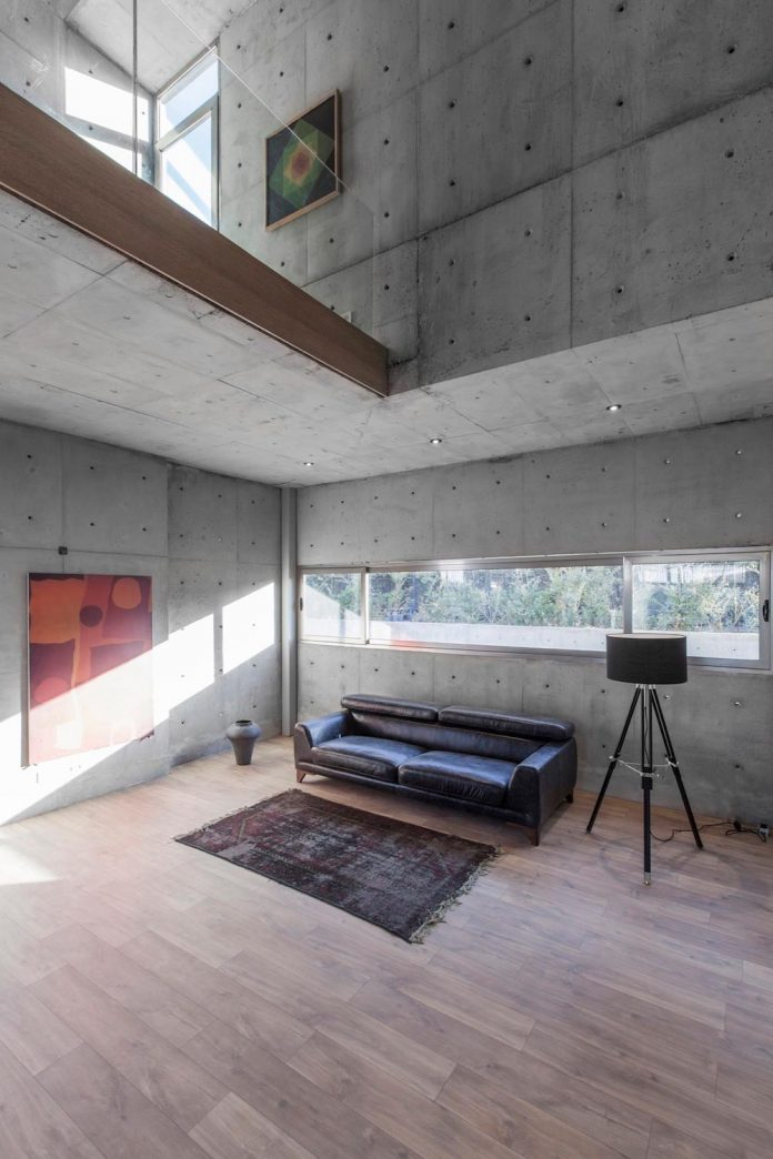 concrete-modern-home-sunken-courtyard-remain-protected-unseen-12